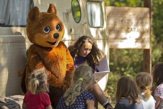Voorlezen met Eeki de mascotte voor het verhalencaravan