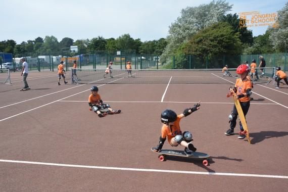 Externe activiteit van De Jongens uit Schoorl DJUS van Quiksilver surfschool longboarden op de tennisbaan
