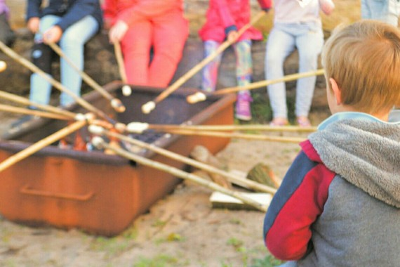 Broodjes bakken bij het kampvuur met het recreatieteam